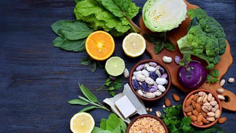 Food products containing folic acid, vitamin B9 - green leafy vegetables, citrus, beans, peas, nuts, yeast