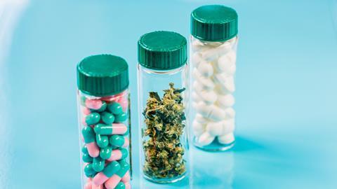 Medical cannabis et pills.