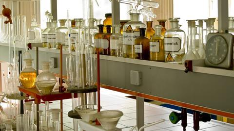 A photograph of an organic chemistry lab