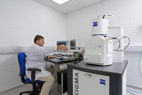 Operating an electron microscope